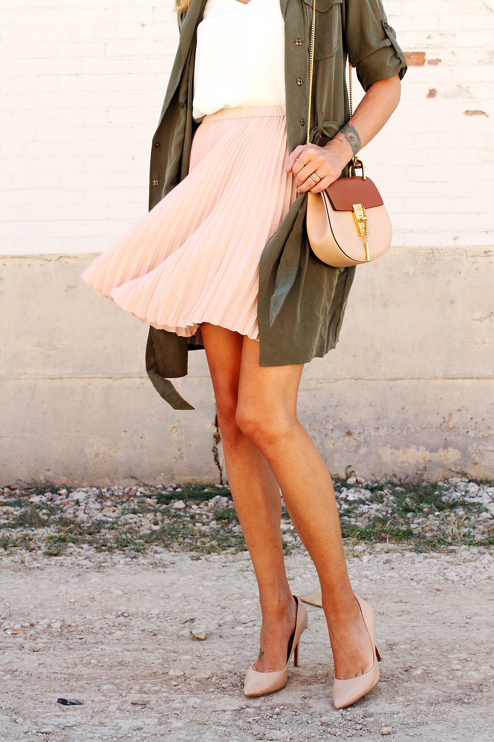 fashion-jackson-banana-republic-blush-pleated-skirt-banana-republic-trench-dress-chloe-drew-handbag-nude-pumps