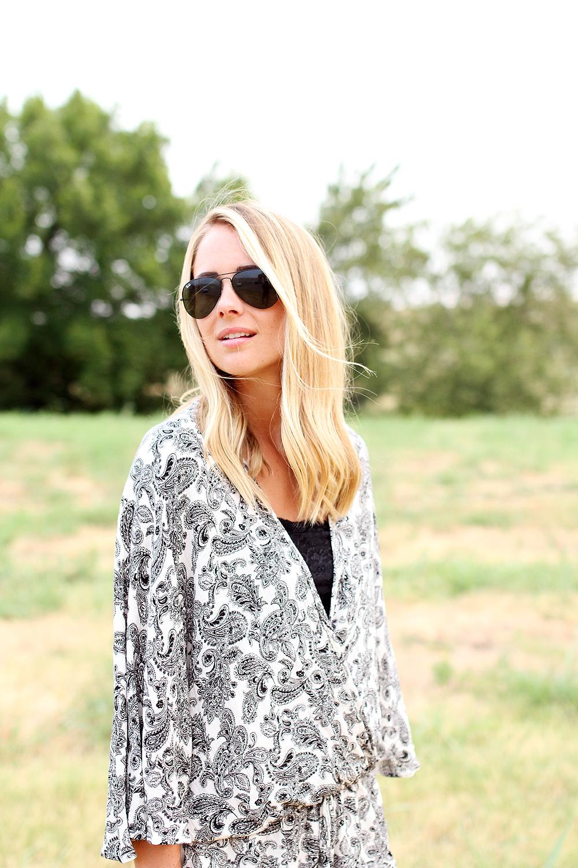 fashion-jackson-printed-romper-black-ray-ban-aviator-sunglasses