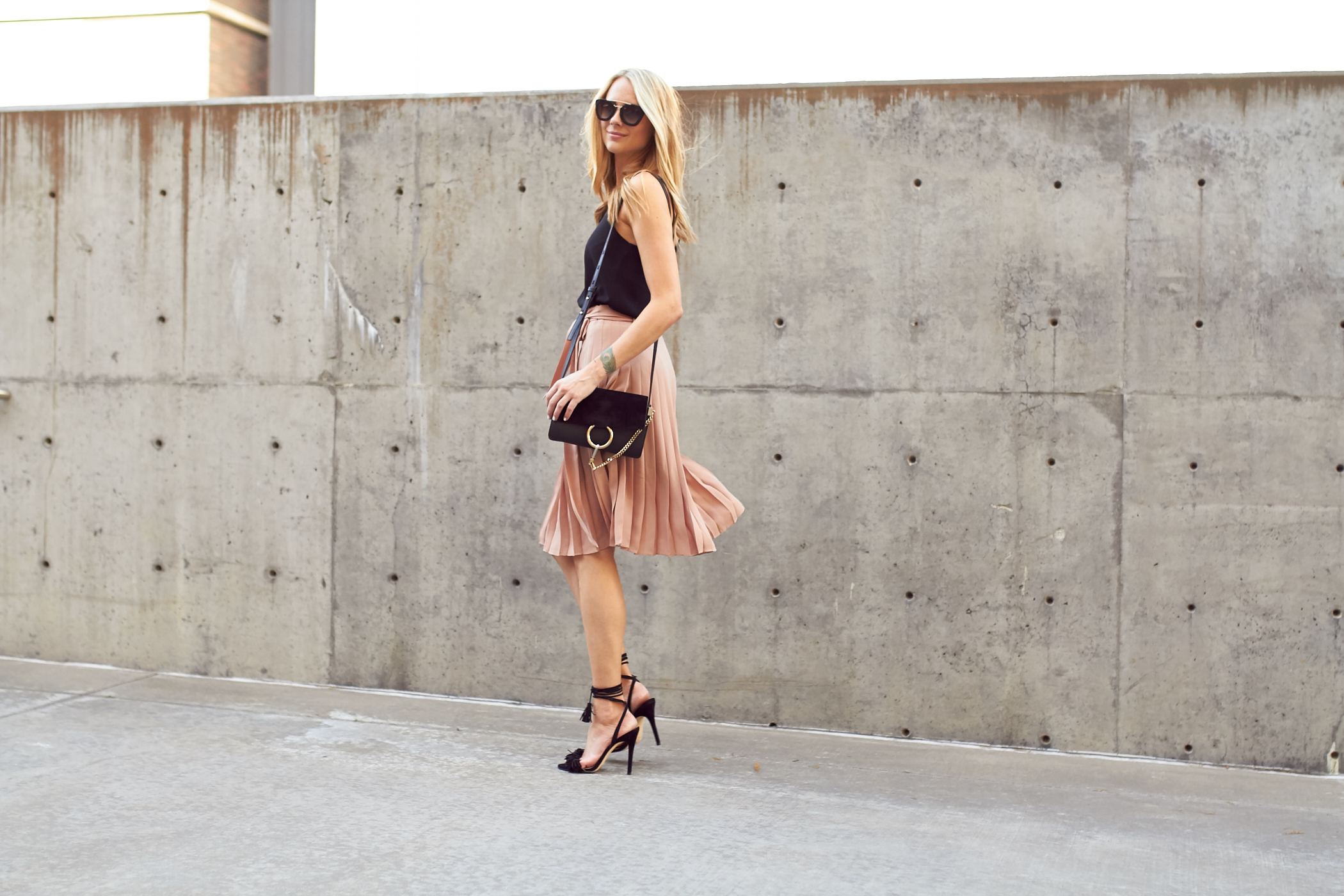 fashion-jackson-pink-pleated-skirt-chloe-faye-handbag