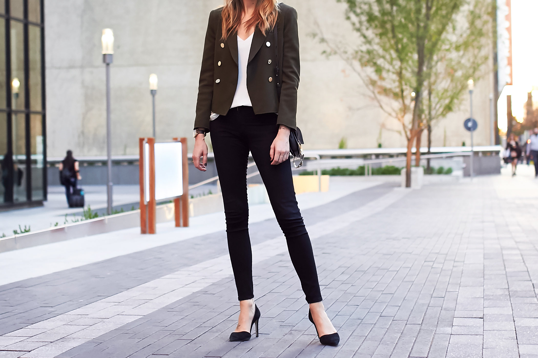 fashion-jackson-topshop-green-military-blazer-black-skinny-jeans-black-pumps-white-tank