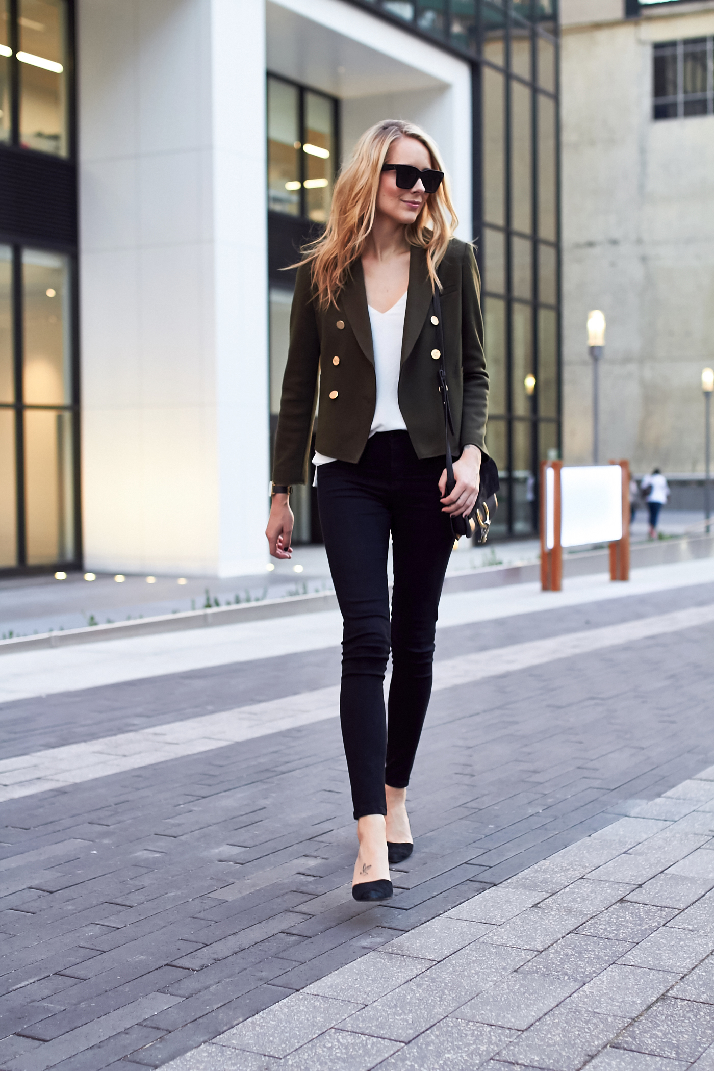 fashion-jackson-topshop-green-military-blazer-white-tank-black-skinny-jeans-black-pumps