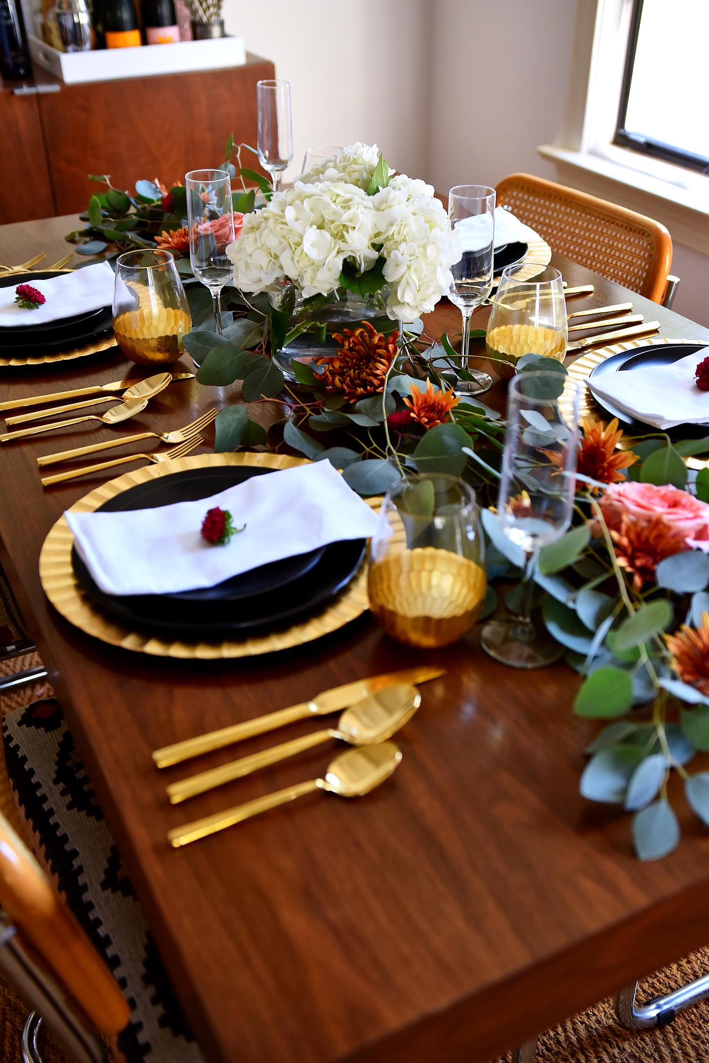 Idées de tables de Thanksgiving, décor moderne de Thanksgiving, décor de dîner noir et or, eucalyptus, fleurs d'automne