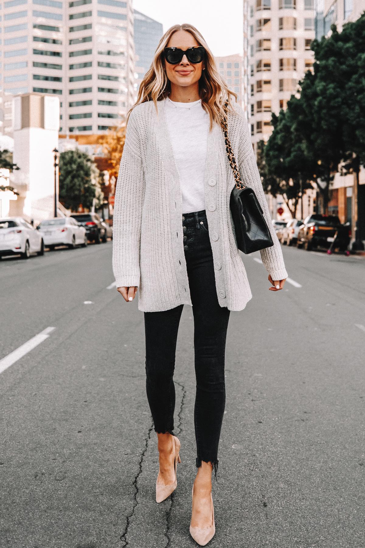Fashion Jackson Wearing Oversized Chunky Cardigan White Tshirt Black Skinny Jeans Nude Pumps Black Handbag