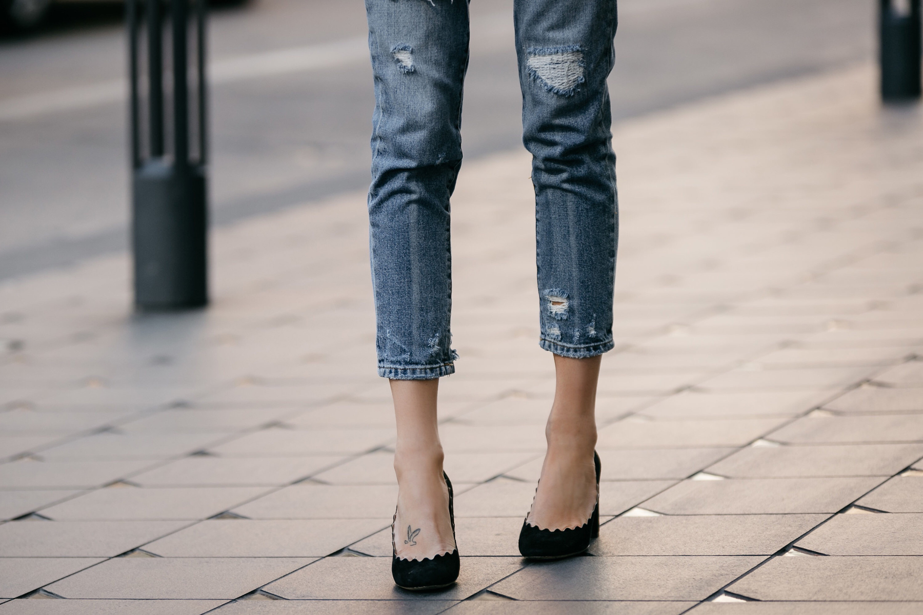 Fashion Jackson, Dallas Blogger, Fashion Blogger, Street Style, BlankNYC Ripped Denim Mom Jeans, Chloe Lauren Scalloped Pumps