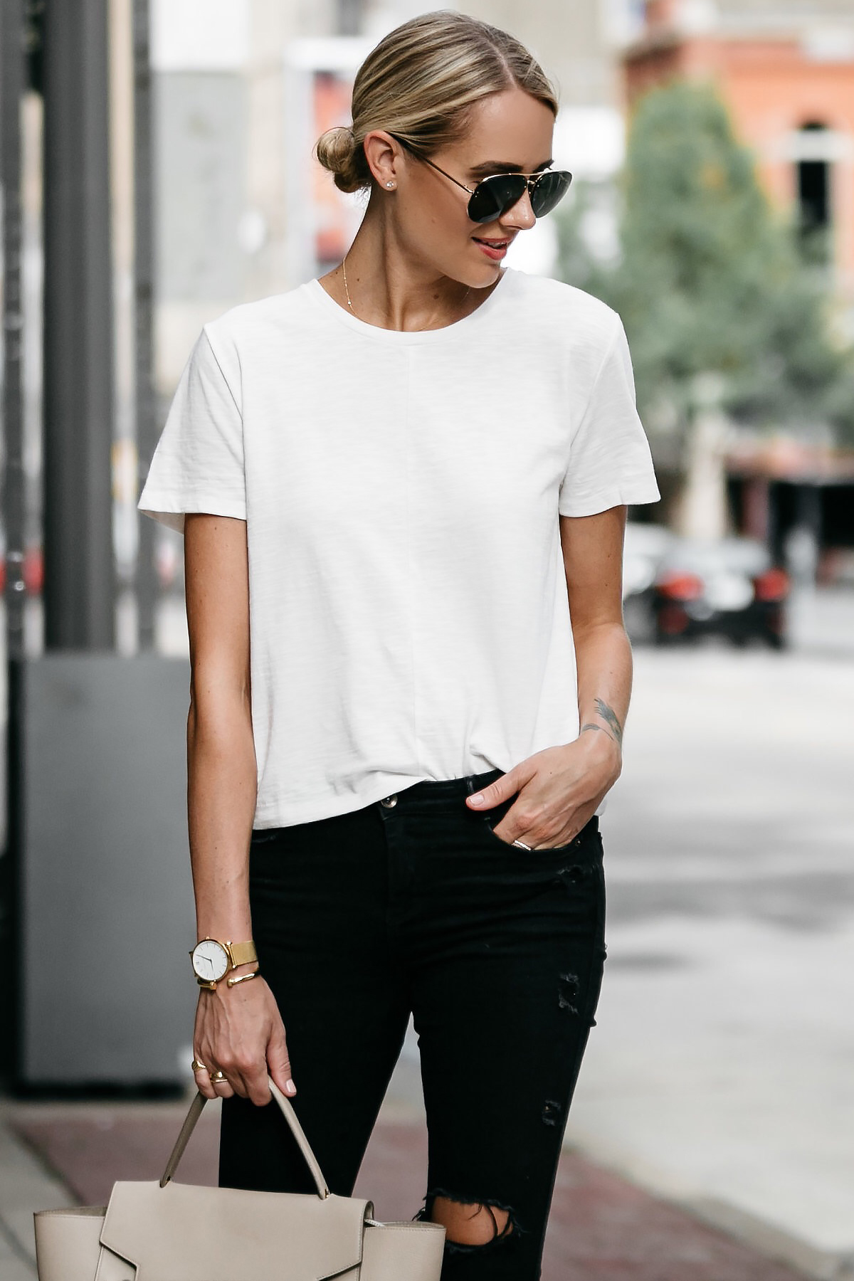 Blonde woman wearing Everlane white tshirt zara black ripped skinny jeans outfit street style dallas blogger fashion blogger