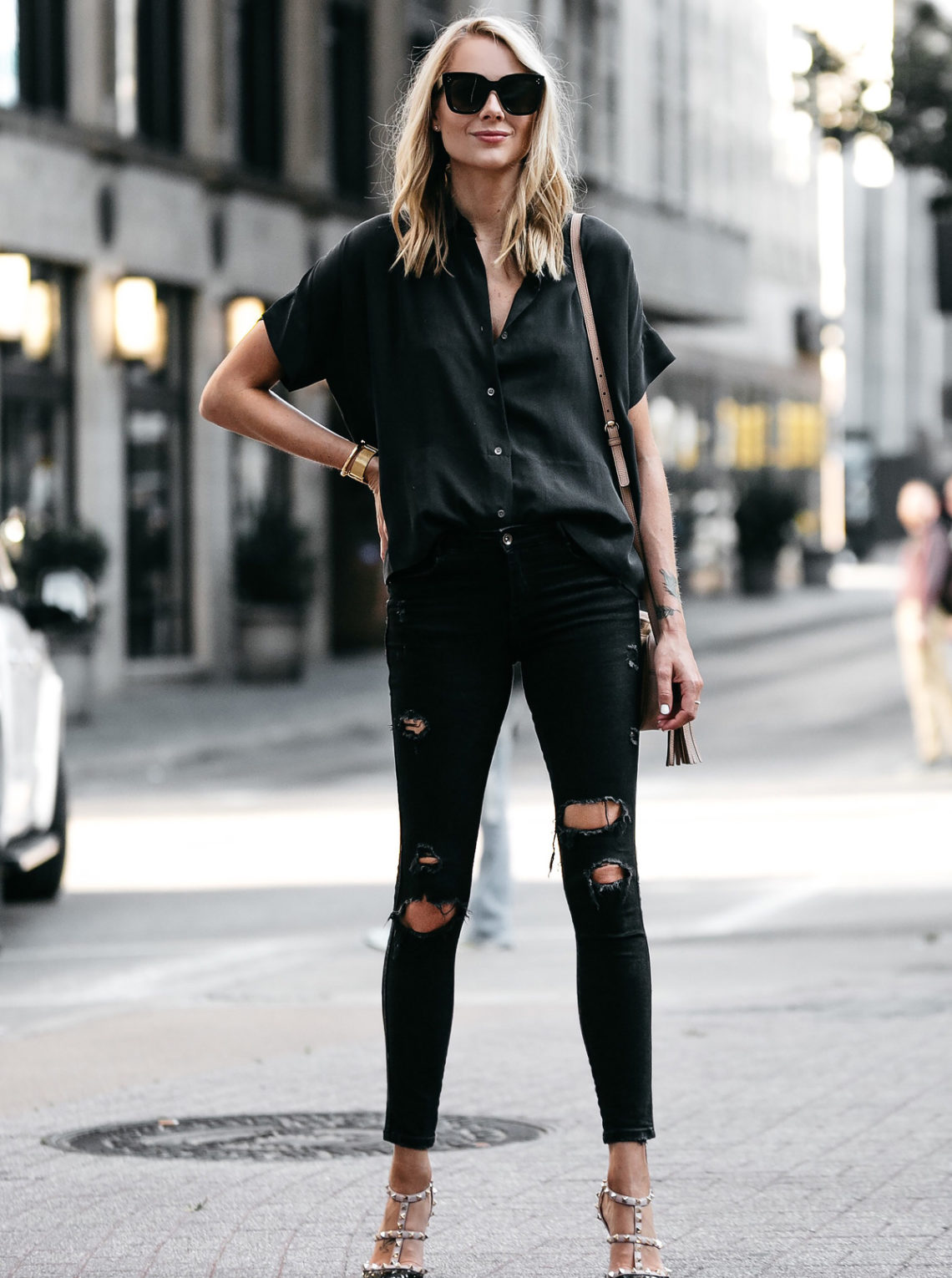 5c06ddc4189 Blonde Woman Wearing Everlane Black Short Sleeve Button Up Shirt Zara Black  Ripped Skinny Jeans Outfit