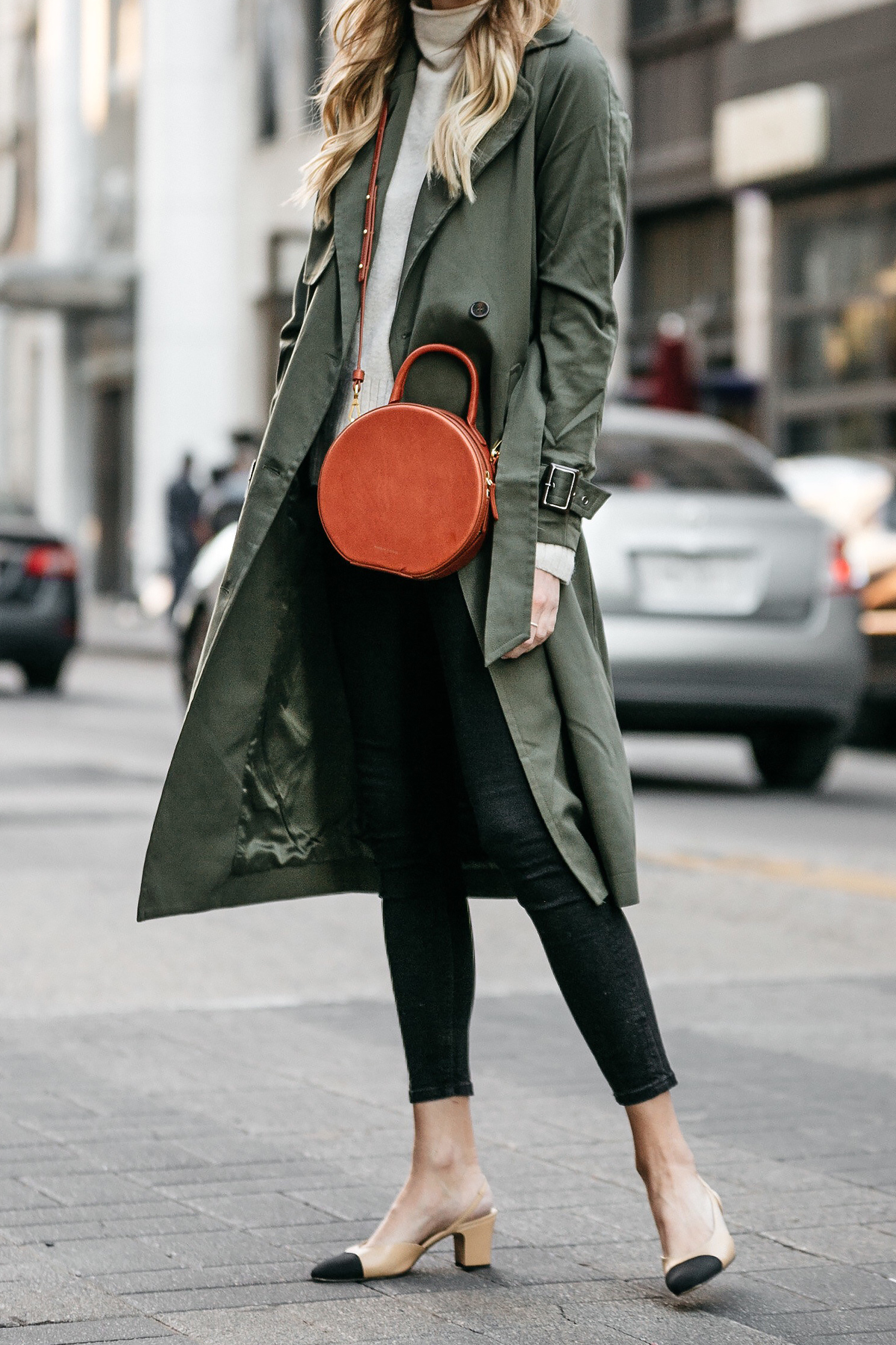Green Trench Coat White Sweater Black Skinny Jeans Chanel Slingbacks Mansur Gavriel Circle Crossbody Fashion Jackson Dallas Blogger Fashion Blogger Street Style