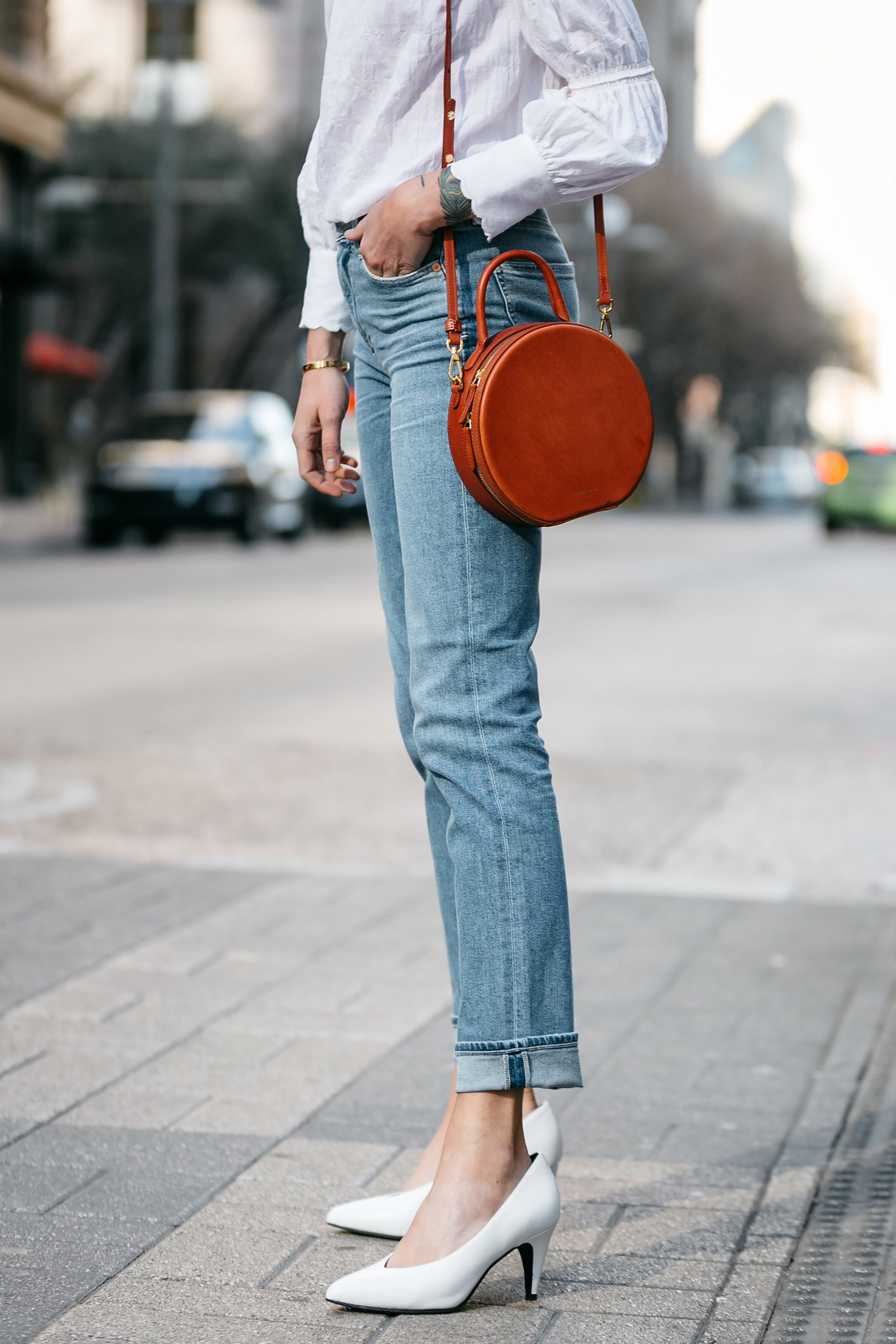 Woman Wearing Relaxed Denim Jeans Mansur Gavriel Circle Bag White Pumps Fashion Jackson Dallas Blogger Fashion Blogger Street Style