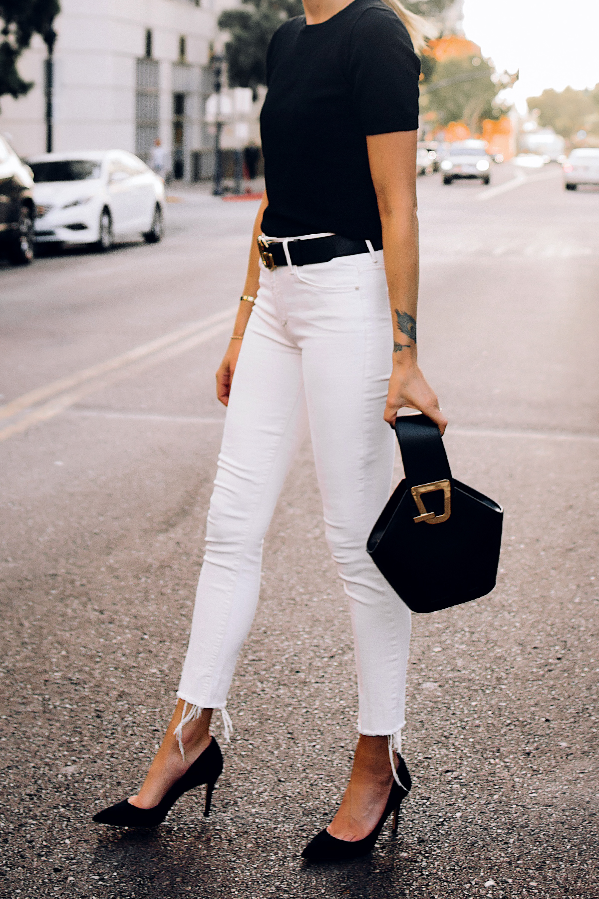 Woman Wearing Black Short Sleeve Sweater White Skinny Raw Hem Skinny Jeans Black Pumps Black Danse Lente Bucket Bag Fashion Jackson San Diego Fashion Blogger Street Style