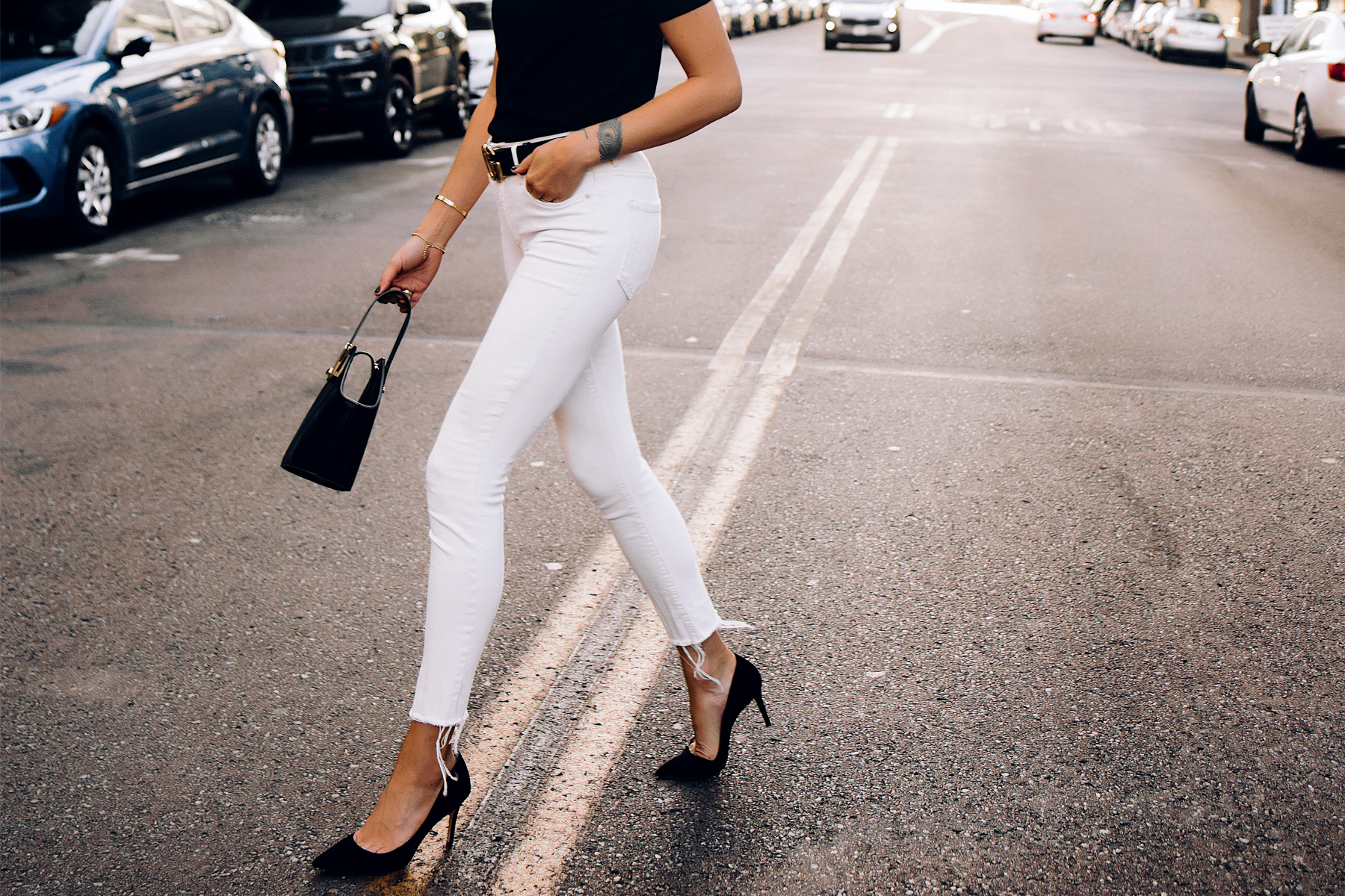 Woman Wearing White Skinny Jeans Raw Hem Black Pumps Black Gucci Belt Black Bucket Bag Fashion Jackson San Diego Fashion Blogger Street Style