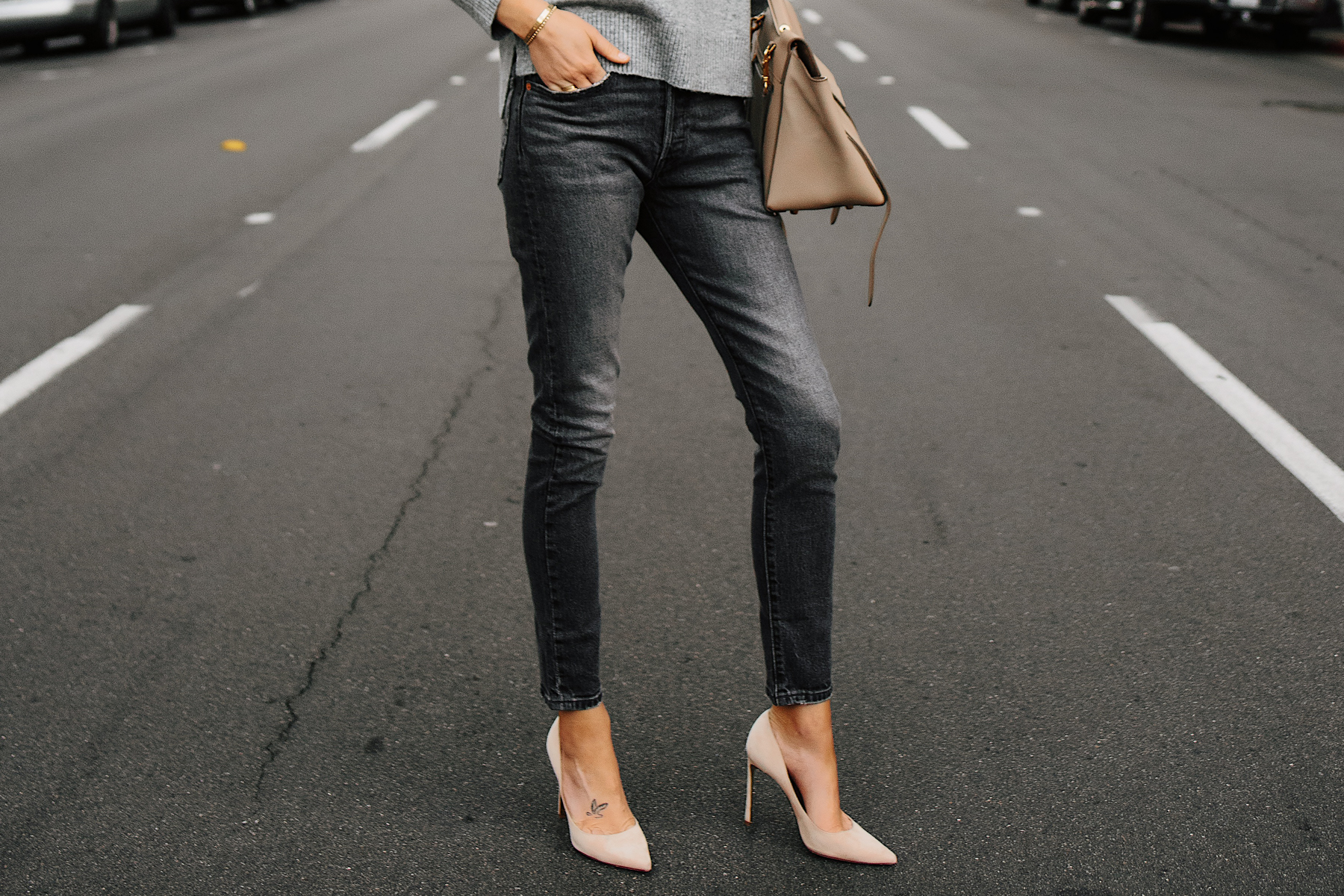 Woman Wearing Levis 501 Grey High Waist Skinny Jeans Tan Pumps Fashion Jackson San Diego Fashion Blogger Street Style