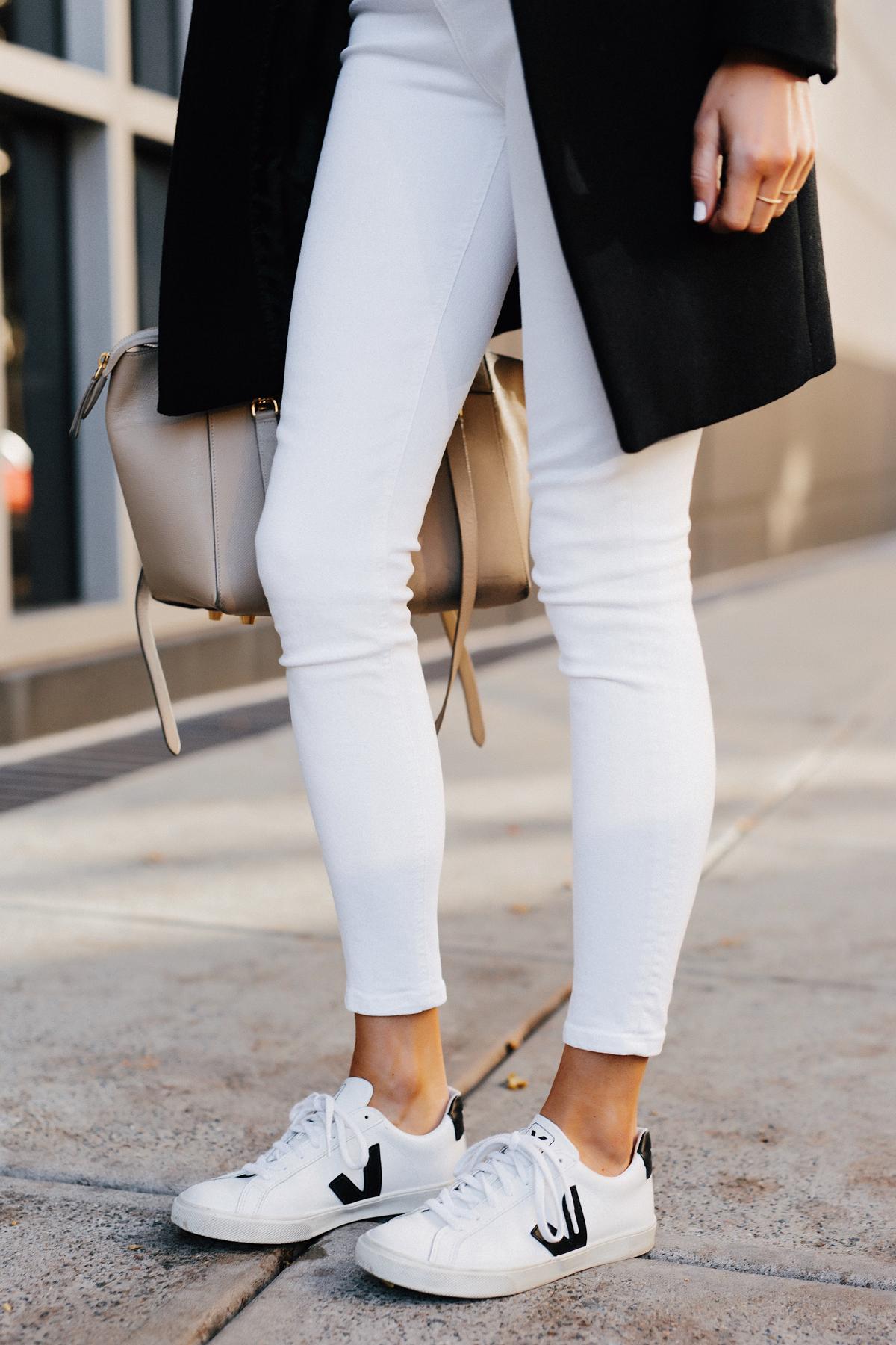 Woman Wearing White Skinny Jeans Veja Esplar White Sneakers Fashion Jackson San Diego Fashion Blogger Street Style