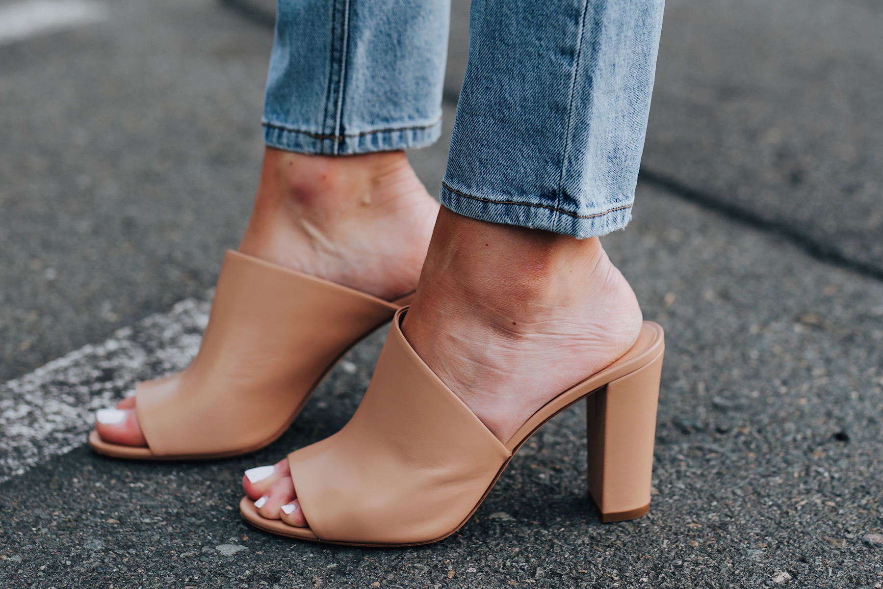 Woman Wearing Skinny Jeans Vince Hanna Block Heel Sandals Nude Fashion Jackson San Diego Fashion Blogger Street Style