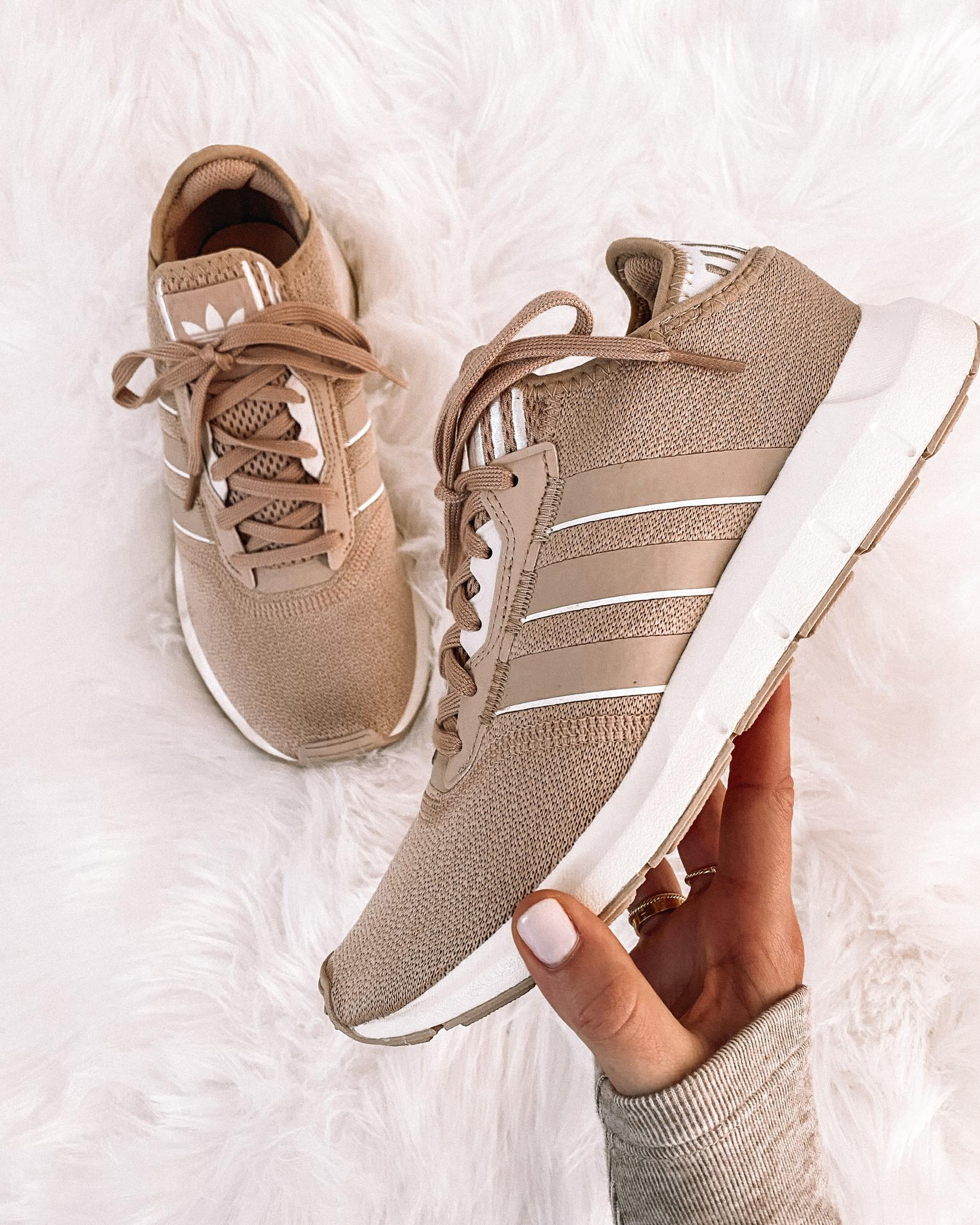 Fashion Jackson adidas beige sneakers