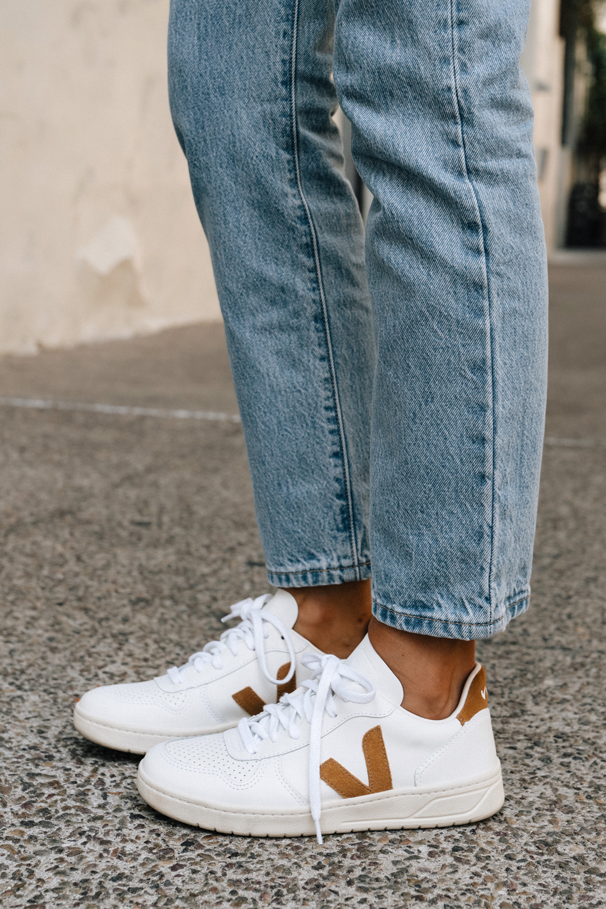 Fashion Jackson Wearing Veja V10 Camel White Sneakers Levis Jeans